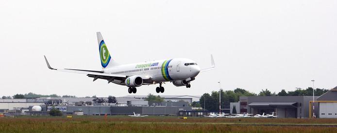 Archief: Landing van een boeing van Transavia op Maastricht Aachen Airport.
