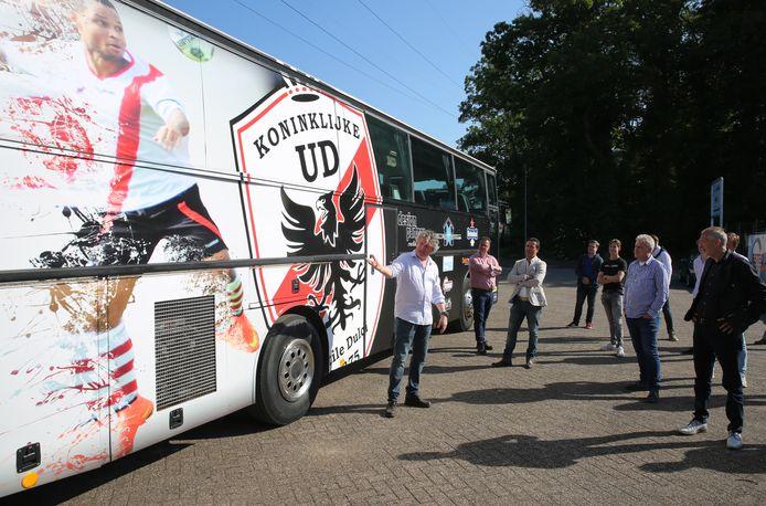 Harm Heeres presenteert de nieuwe spelersbus van Kon. UD.