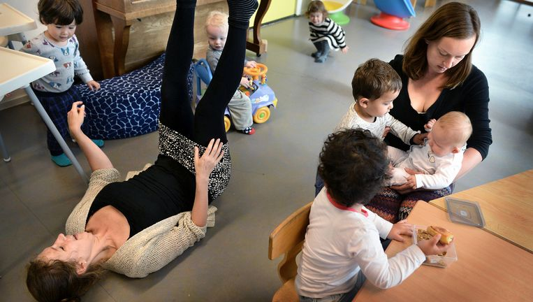 Moeders Mariëlle Tammes (links) en Janneke Korbee passen op de kinderen in de ouderparticipatiecrèche De Oase in Utrecht. Beeld Marcel van den Bergh