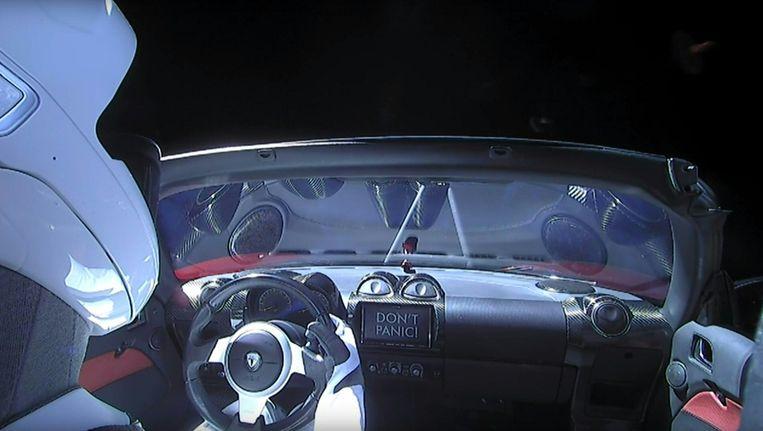'Starman' aan boord van de rode Tesla Roadster, op weg richting Mars. De dummypop werd dinsdag gelanceerd met de nieuwe raket Falcon Heavy van SpaceX. Beeld afp