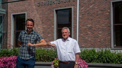 """Burgemeester Ignace De Baerdemaeker (65) geeft sjerp door aan Andy De Cock (31): """"Ik heb me nooit eerste burger maar altijd eerste dienaar van Laarne gevoeld"""""""
