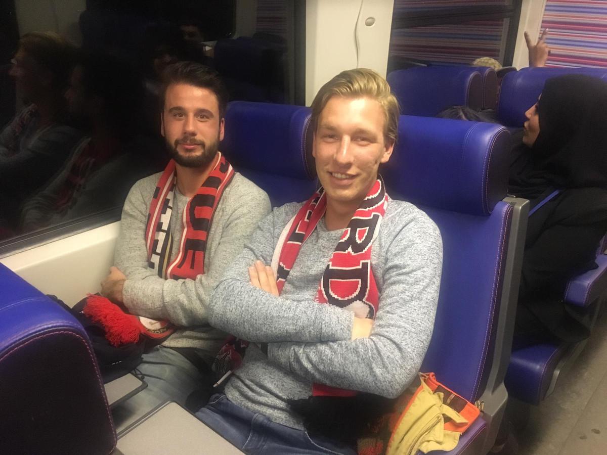 Jasper Ansems en Wessel de Groot (r) uit Tilburg hadden zich verheugd op een avondje voetbal in De Kuip. In plaats daarvan zitten ze in een kapotte, stilstaande trein in Zevenbergschen Hoek.