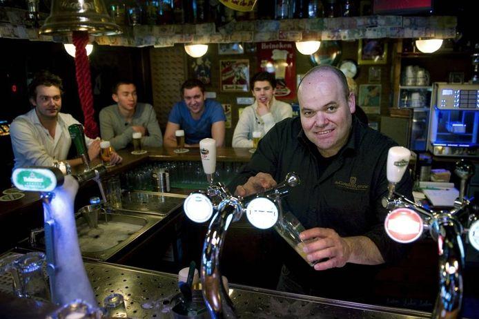 Bas van der Aa achter de toog in zijn Winssense café De Gouden Leeuw.