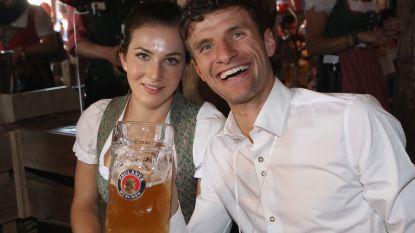 """WAG verziekt de sfeer bij krasselend Bayern München, waarna Thomas Müller het mag uitleggen: """"Ze deed het in een emotionele bui"""""""