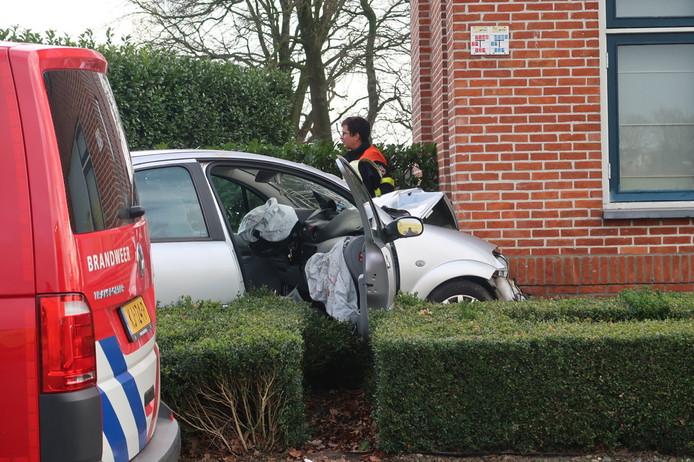 De auto reed tegen de gevel van een huis in de Oordeelstraat in Baarle-Nassau.