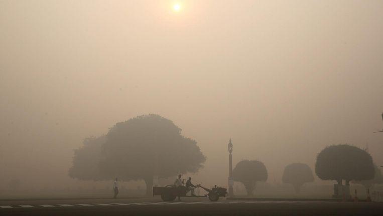 Verkeer op straat in Delhi op de ochtend na Diwali. Beeld epa