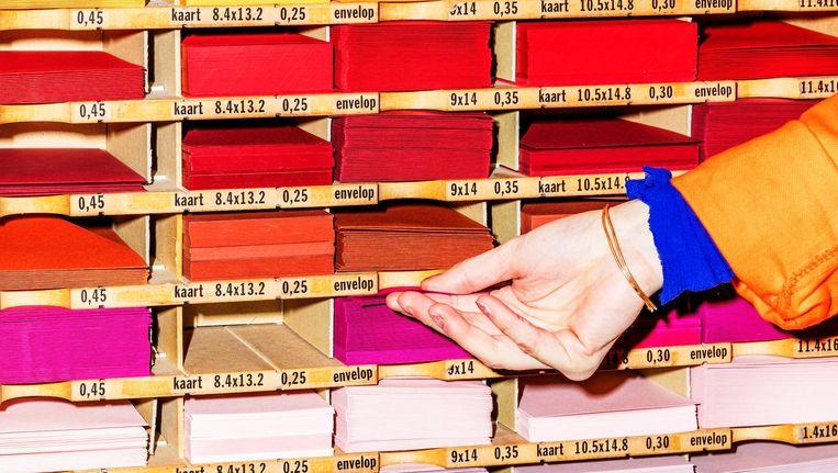 Bij papierwinkel Vlieger hebben ze alle soorten en maten papier Beeld Marie Wanders