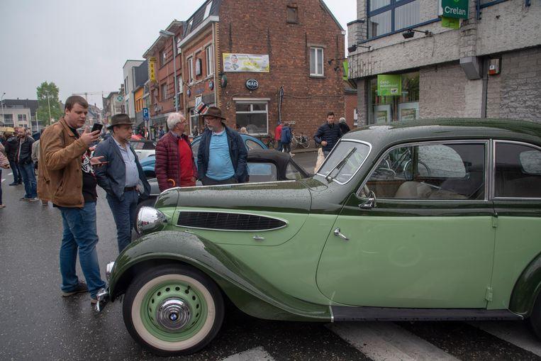 Ondanks de regen veel oldtimers en veel belangstelling op de Doubleyou City Classsics in Wetteren. Zoals voor dit pareltje van een BMW uit 1939.