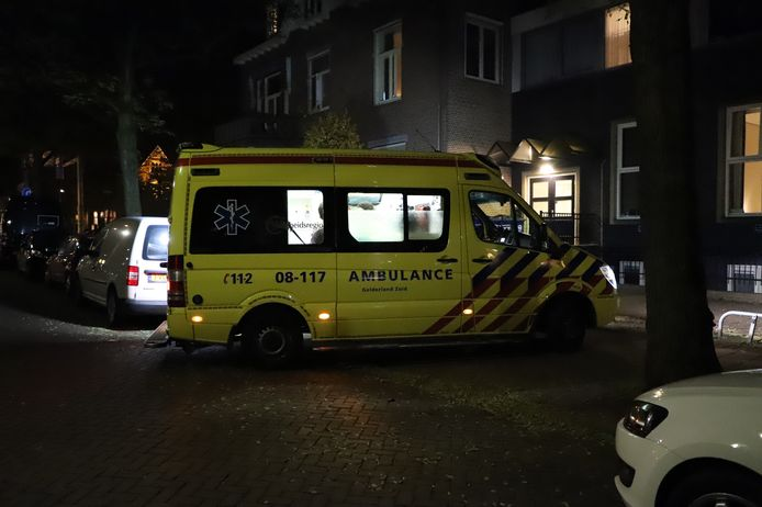 Een ambulance aan de Staringstraat in Nijmegen na de gewelddadige beroving.
