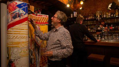 Op café gaan voor de kunst: kunstenaar vereeuwigt sfeer van De Muze op rol van tien meter lang