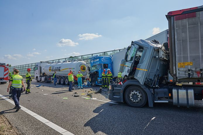 Ongeluk met meerdere vrachtwagens op A16 bij Breda richting Rotterdam.