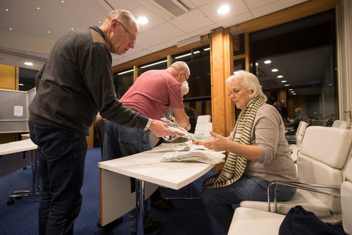 De stemmen worden geteld in het Brummense gemeentehuis. De uitslag lijkt uit te monden een grote coalitie van vier partijen.