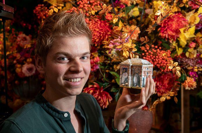 Arjen Visser van bloemenwinkel Flower Explosion met de miniatuur van Bernard van Kreelpoort