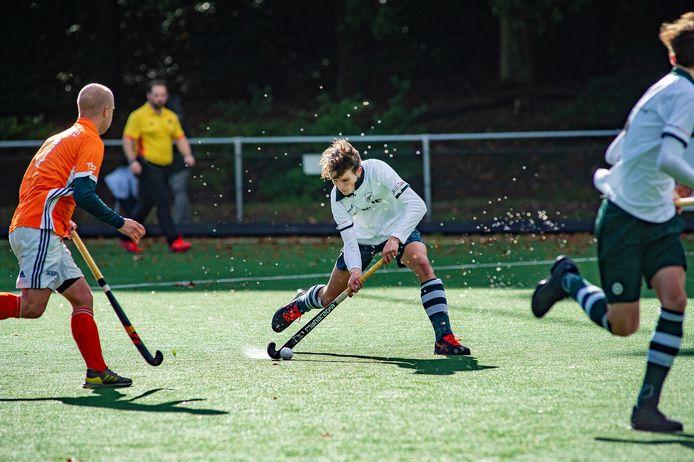 Gijs Venema en AMHC konden het zondag niet bolwerken tegen EHV. Op eigen veld gingen de Apeldoornse hockeyers met 1-3 onderuit.