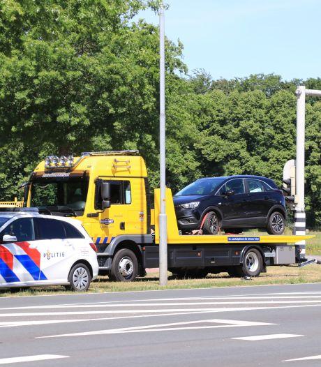 Man rijdt verkeerslicht omver in Barneveld