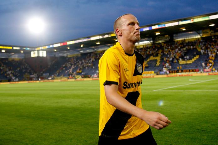 Edwin de Graaf verlaat het veld na de 1-3 nederlaag op eigen veld.
