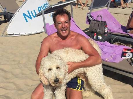 Gerard knuffelt natte hond en Romee ontspant op opblaasavocado