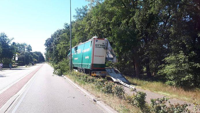 De vrachtwagen eindigde in de sloot.