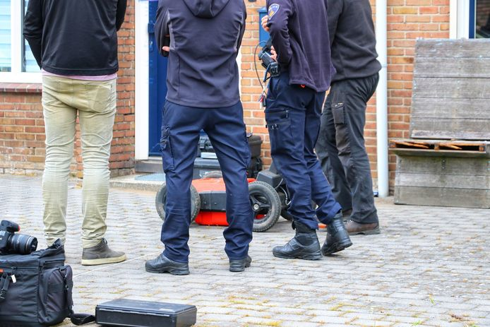 Defensie onderzoekt uitgebreid met speciale apparatuur in en rond de woning in Haaksbergen waar eerste paasdag een pasgeboren baby de dood vond.