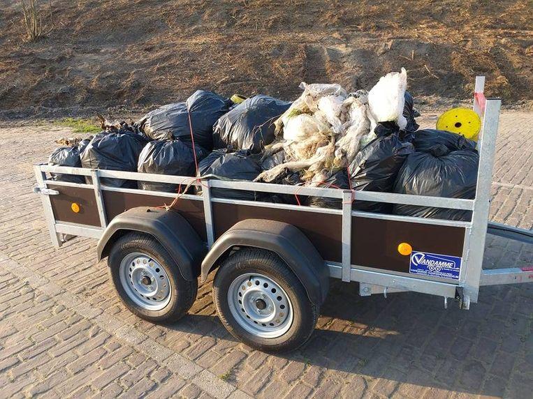 In de buurt van de snelwegparking werden vijf karren met afval geruimd