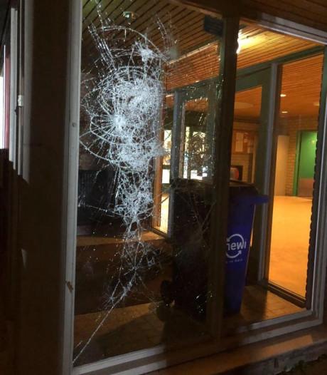 Jongeren vernielen raam sporthal Stichtse Vecht, politie zoekt getuigen