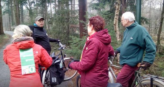 Jean Coumans, achteraan, fietst tijdens de verkiezingscampagne in maart met volgelingen door politiek Oisterwijk. Rechts Jos 'Groeten Uit Oisterwijk' Creusen.