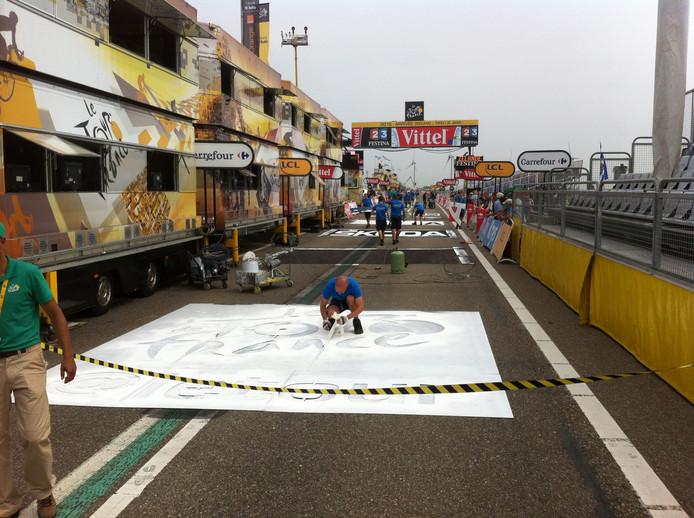 Bij de finish wordt de weg voorzien van alle reclame-uitingen.