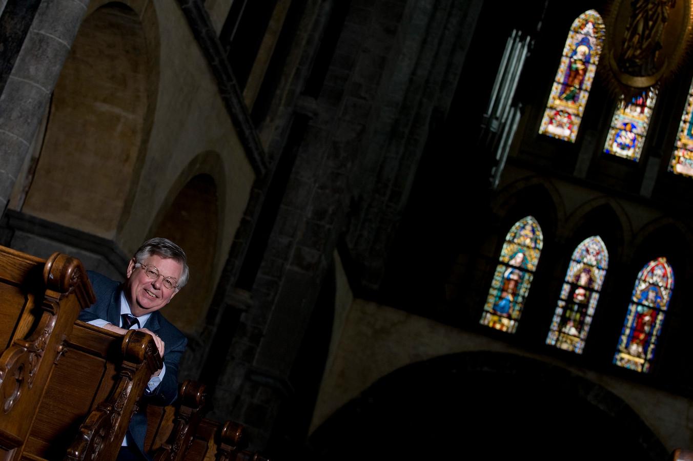 Oud burgemeester van Arnhem Herman Kaiser gefotografeerd in de Munsterkerk waar de graftombe van de Graaf van Gelre staat.