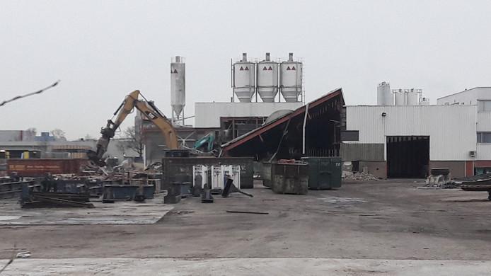 De kenmerkende silo's zijn nu nog beter te zien dan vroeger, toen er nog bebouwing voor stond.
