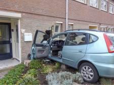Auto ramt gevel van huis na ongeluk in Valkenswaard