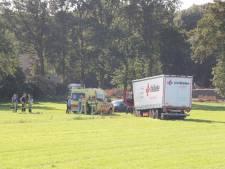 Vrachtwagenchauffeur raakt onwel en ramt drie voertuigen in Haarle