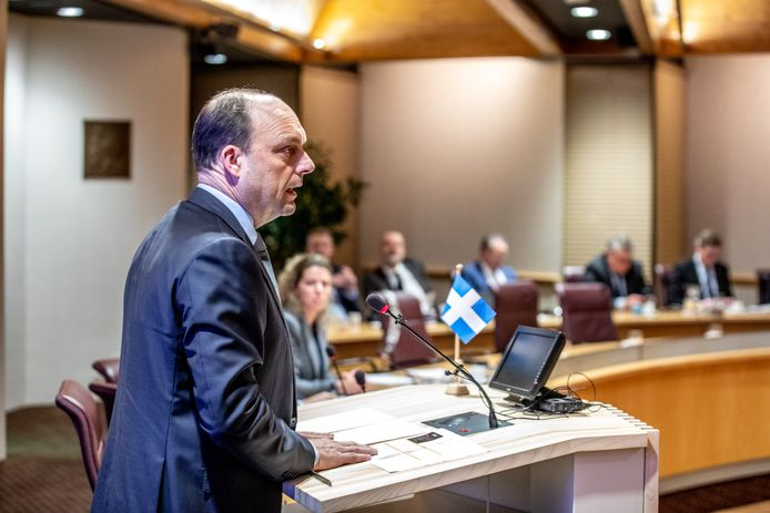 Burgemeester Peter Snijders in de raadzaal van Zwolle.