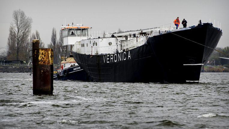 Het Veronica-zendschip, vorig jaar op weg naar Nederland voor een opknapbeurt op de Amsterdamse Oranjewerf. Beeld anp