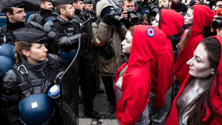 Ontblote vrouwen doen mee aan protest in Parijs