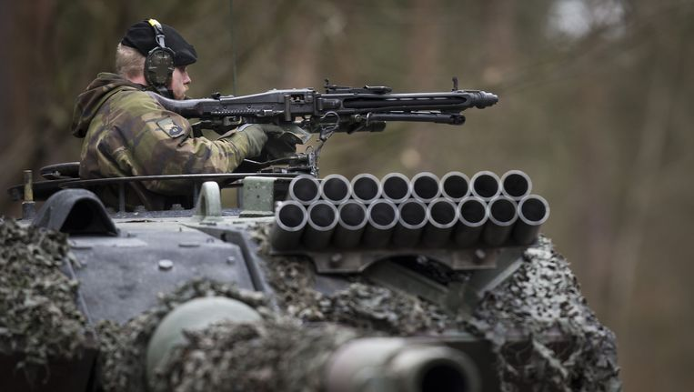 Nederlandse militairen oefenen met Duitse tank. Beeld anp