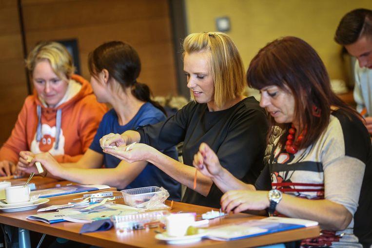Veel vrouwelijke leerkrachten gingen enthousiast aan de slag tijdens de workshops.