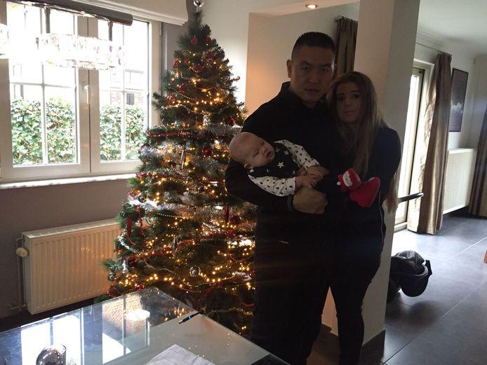 Miguel in de armen van zijn ouders.