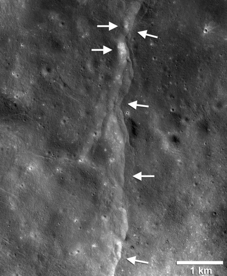Een breuklijn gefotografeerd door de Lunar Reconnaissance Orbiter Camera.