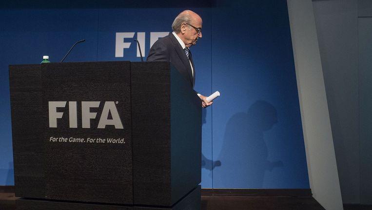 Sepp Blatter verlaat de persconferentie, waar hij vanavond aankondigde op te stappen als Fifa-voorzitter. Als reden noemde hij een gebrek aan steun voor hem in de voetbalwereld. Beeld afp