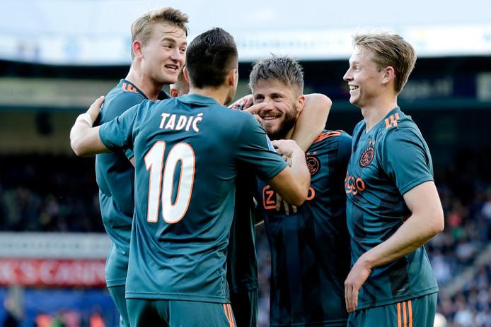 Lasse Schöne viert de 0-1 van Ajax met Matthijs de Ligt (l), Dusan Tadic en Frenkie de Jong (r).