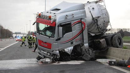 Vrachtwagen ramt middenberm na klapband
