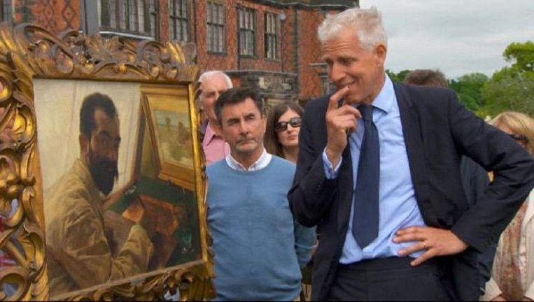 Kunstexpert Rupert Maas van het BBC-programma Antiques Roadshow bekijkt het schiderij van Lourens Alma Tadema . Beeld Twitter / BBC
