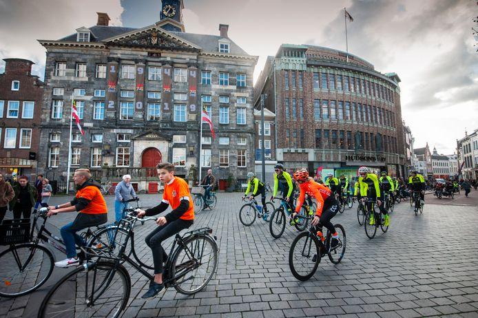 Onder meer klas 1a van het Helicon VMBO in Den Bosch en leden van Coers Cycling Club reden eind oktober mee bij de verkenning van het parcours van de Vuelta door Den Bosch.