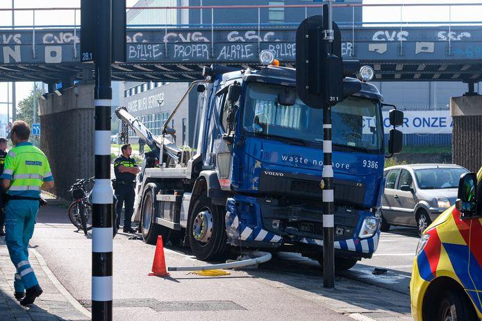Op de Binckhorstlaan ramt een vrachtwagen het viaduct.