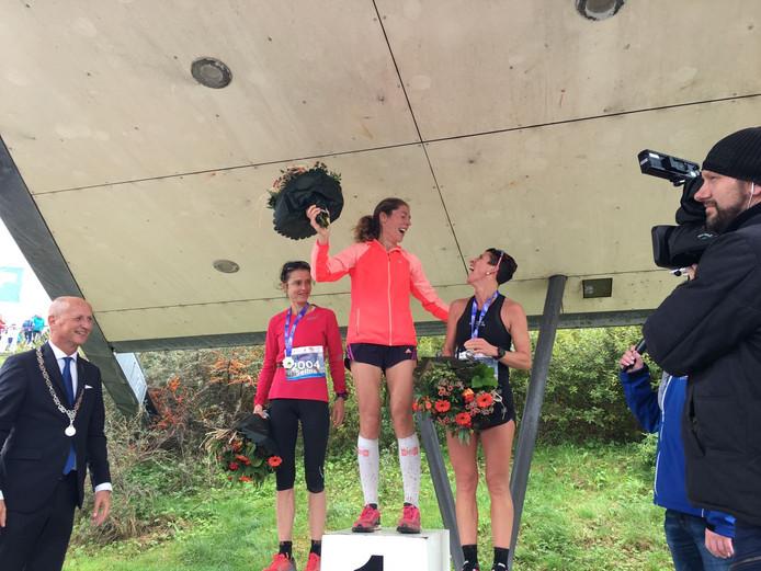 Het podium van de Kustmarathon bij de vrouwen, met rechts Monique Verschuure.