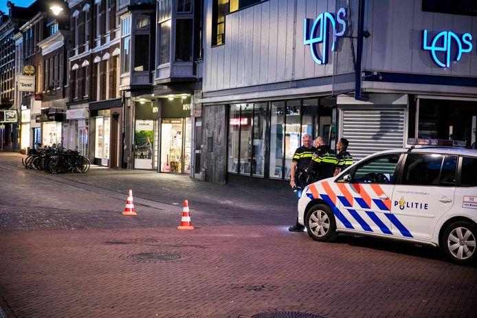 De politie in de Steenstraat in Arnhem kort na het incident vorig jaar juni.