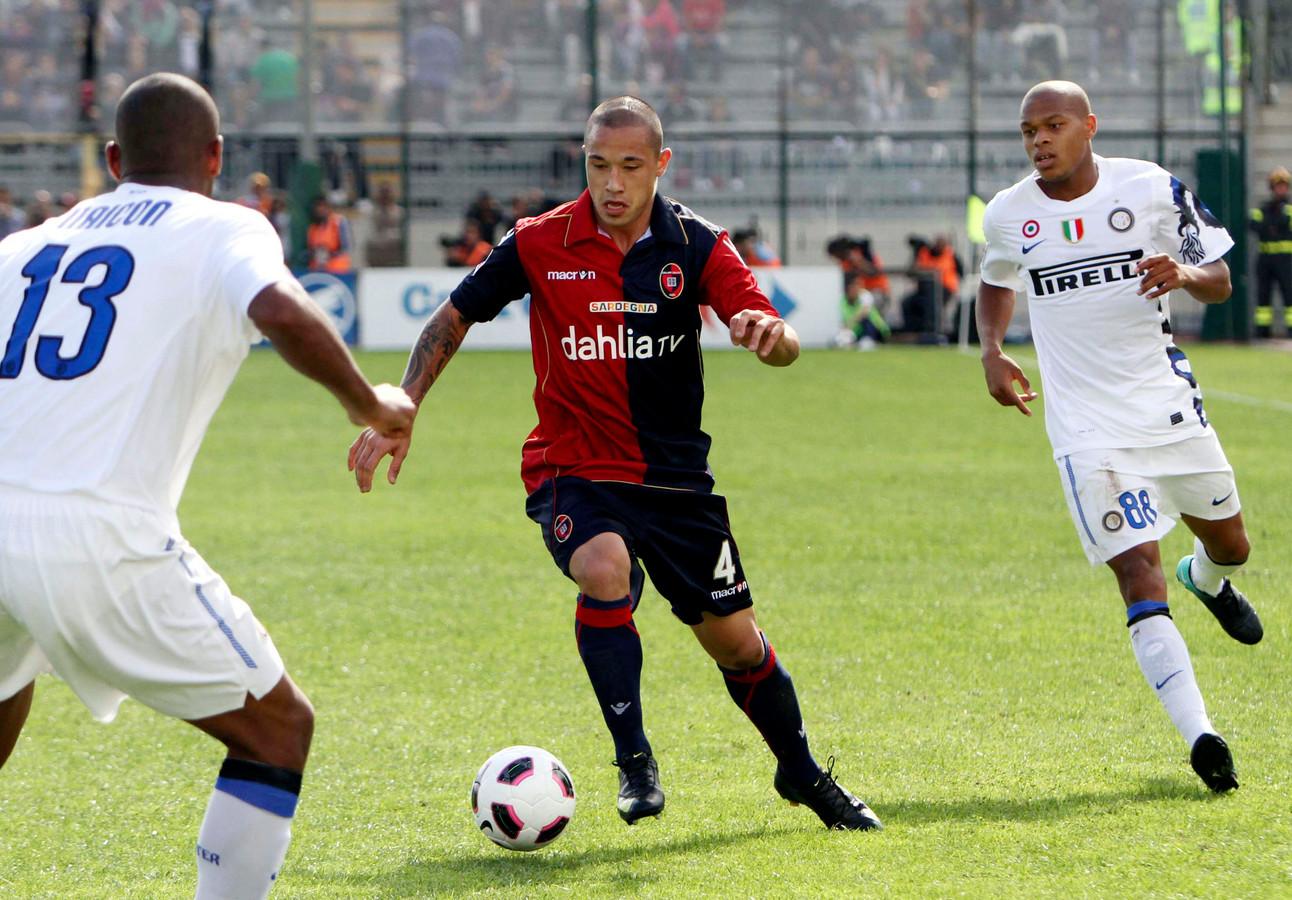 Radja Nainggolan als speler van Cagliari in actie tegen Internazionale op 17 oktober 2010.