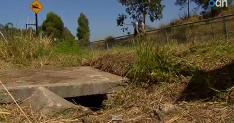 De opening van de waterafvoerbuis waar de pasgeboren baby werd gevonden. Beeld YouTube