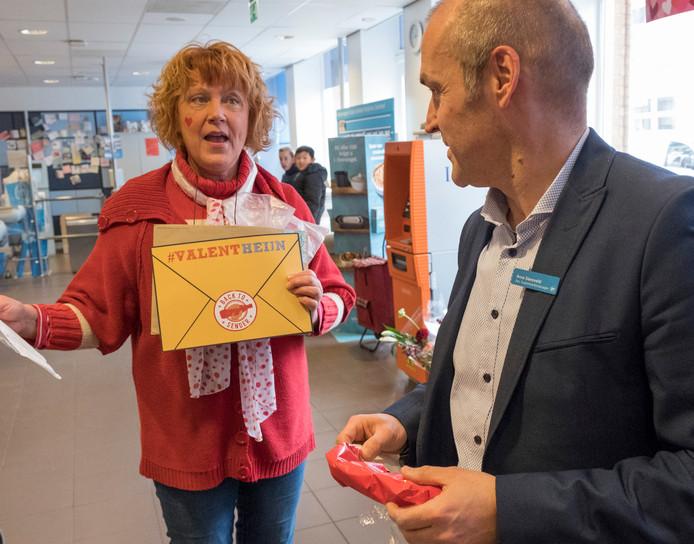 Manager Arno Siereveld ontvangt een valentijnskaart van Inge de Groot.