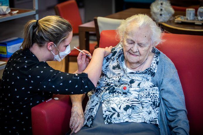 vaccinaties in wzc Sint-Jozef in Pelt. Mia Gijbels (98) was de eerste.